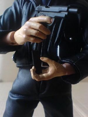 Le Colt à culasse mobile et son chargeur.