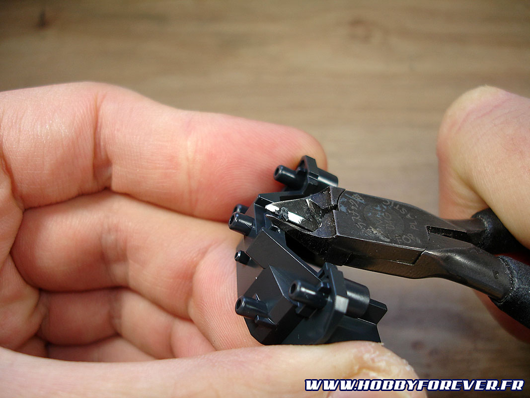 puis on coupe à raz les ergots une fois la pièce détachée.