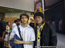 Saga posant au côté de Yutaka Izubuchi
