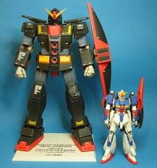 Le Psycho Gundam avec un Zeta Gundam à la même échelle