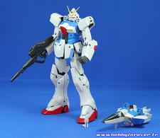 Le Victory Gundam accompagné du Core Fighter de l'Hexa et de la figurine de Uso Evin à l'échelle