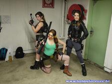 Un groupe de Lara Croft posait à deux pas du stand