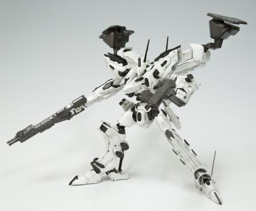 Les superbes kits Kotobukiya, ici le White Glint d'Armored Core, sont plus complexe que les Bandai malgré une conception en snap fit
