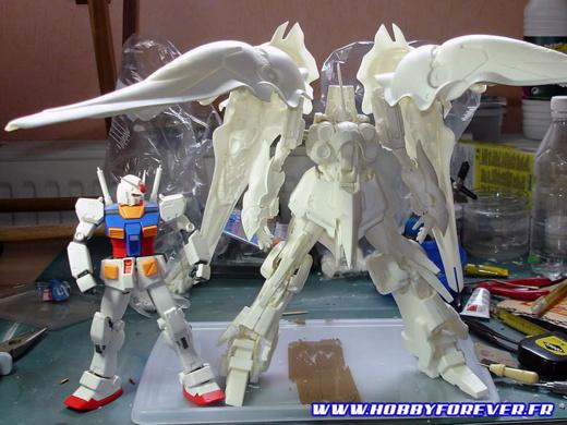 Kshatriya prémonté, à côté d'un MG RX-78 Gundam ver. OYW, à la même échelle