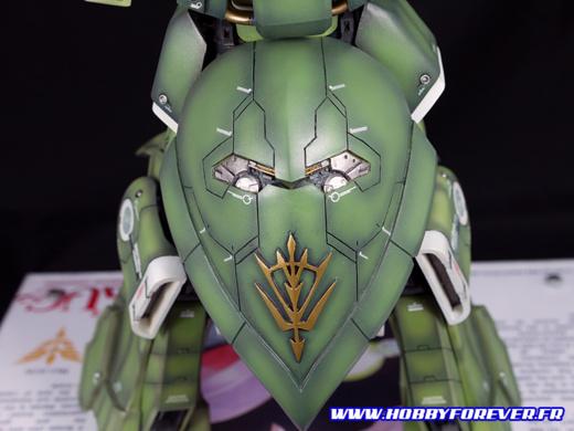 La jupe arrière, avec son imposante insigne Neo Zeon