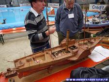 Un bateau à vapeur tout en bois et cuivre