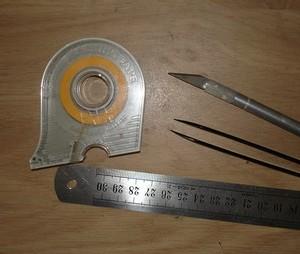 Le matériel : du masking tape, une règle en métal, un cutter et une pince