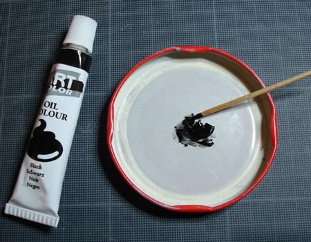Déposer une noisette de peinture à l'huile dans une coupelle...