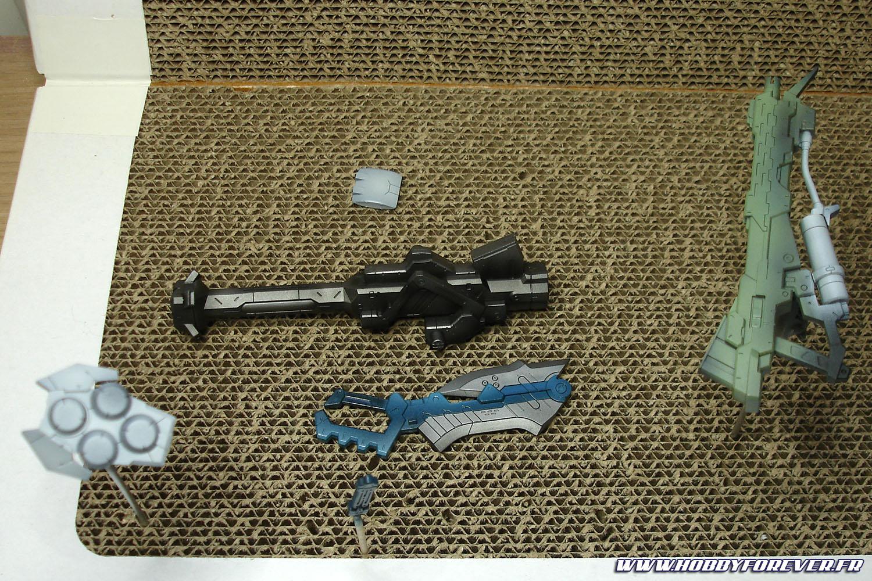 Les armes avant peinture des détails.