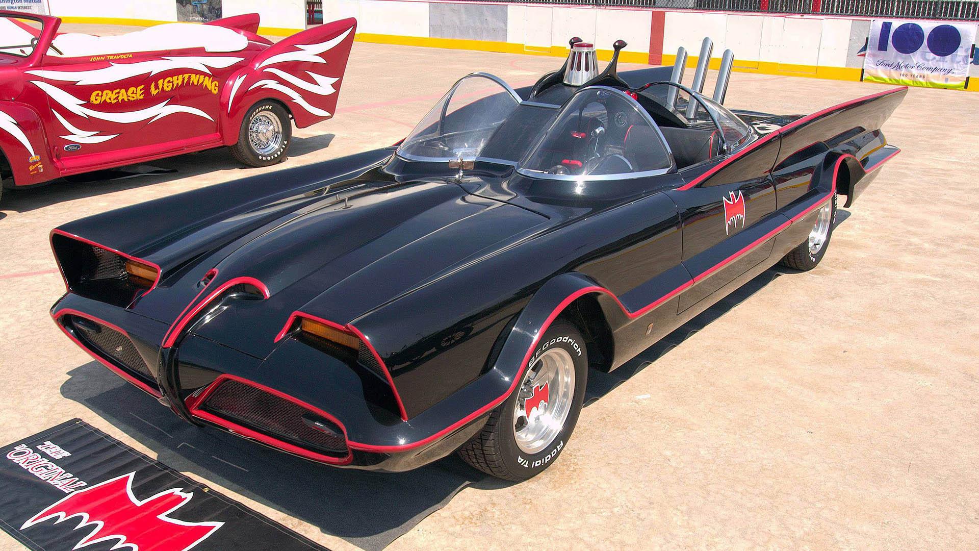 George Barris est le créateur de la Batmobile de la série TV de 1968, il s'agit d'une Lincoln Futura customisée.