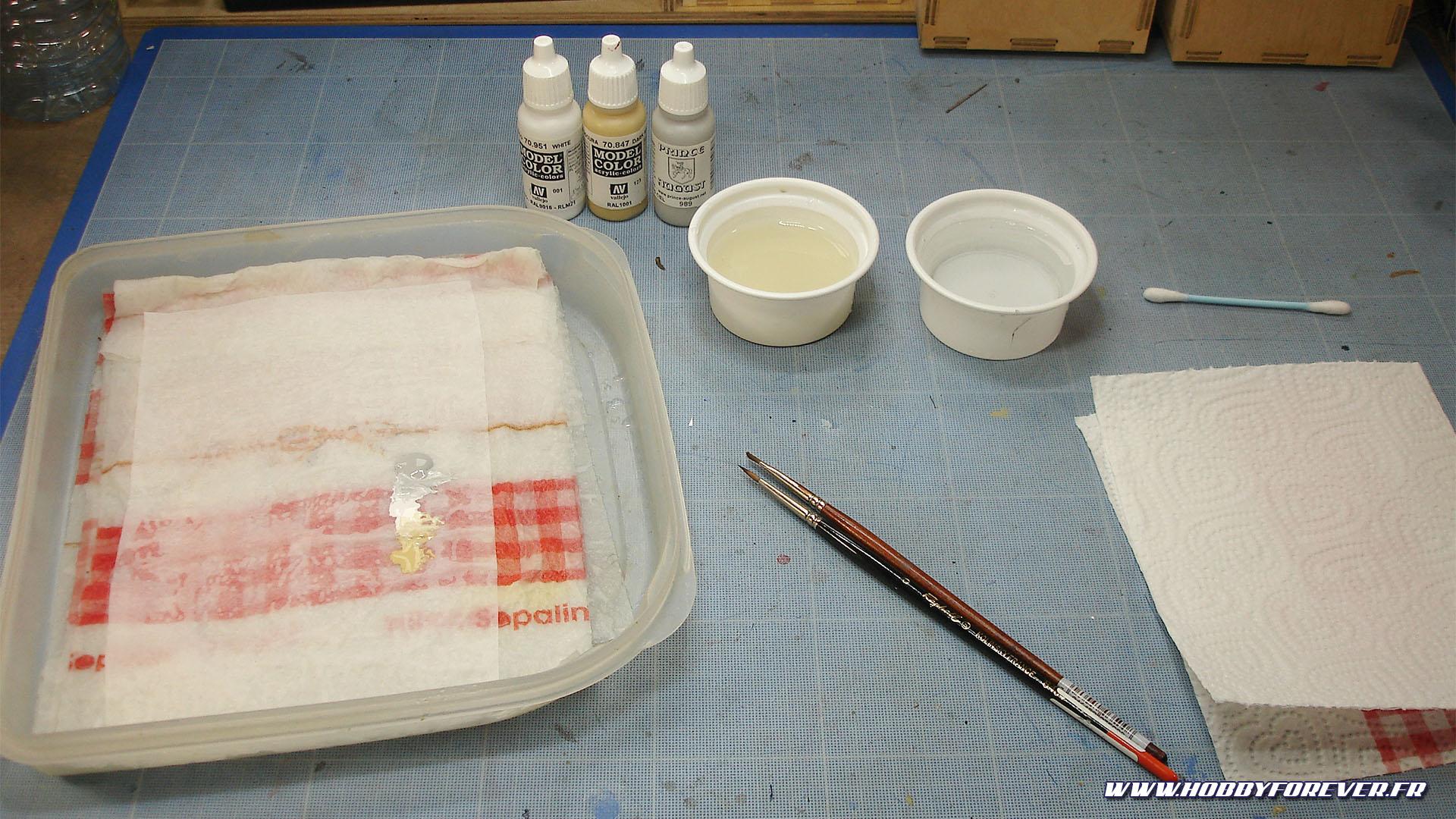 Une palette humide, un pot d'eau pour la dilution, un pour nettoyer les pinceaux, et on est parti !