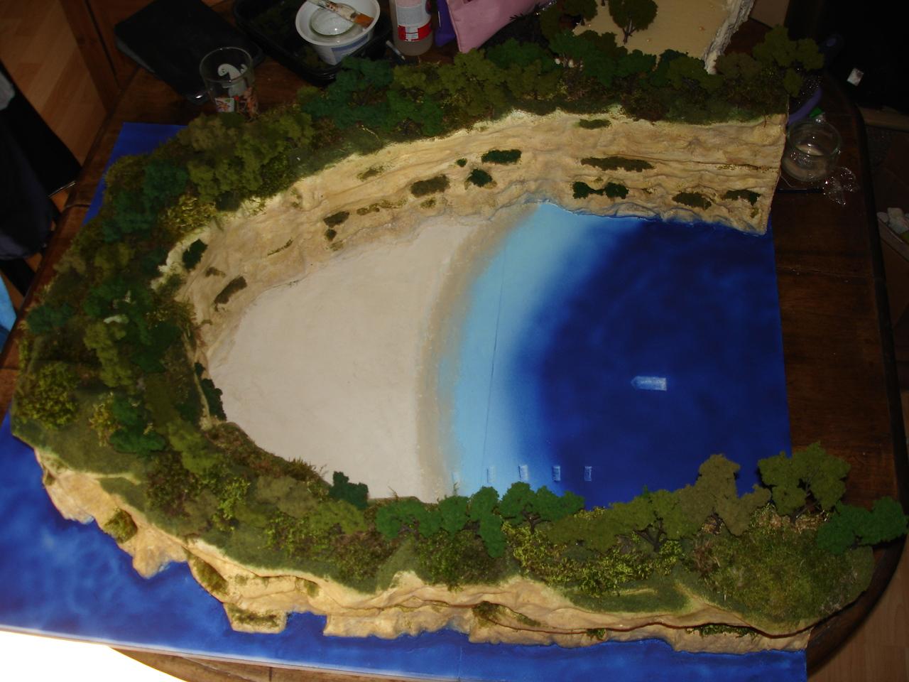 La plage : l'effet sable est fait avec de la pâte à bois, un dégradé est réalisé pour le rivage