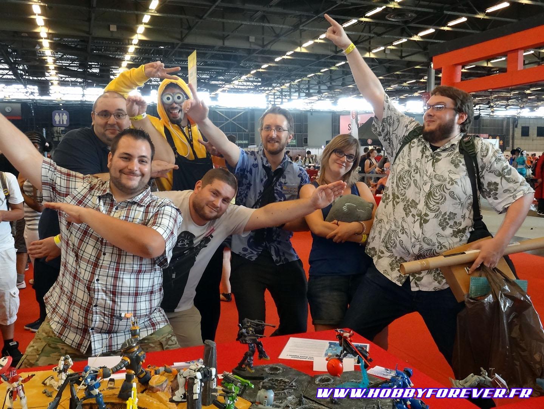 La fine équipe d'Hobby Forever du samedi de cette Japan Expo 2015 ! De gauche à droite : Gunsight1 (au fond), Rémy, Thunderman, Zenkuro, Slyka, Anarko_Bizounours. Et cosplayé en Mignon Sébastien Abbé, créateur d'origami 3D ^^
